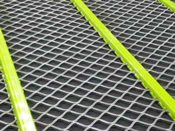 A piece of D mesh of self cleaning screen mesh and the binding wire is covered by the green polyurethane.