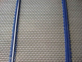 A piece of W type of self cleaning screen mesh with two blue polyurethane cover.